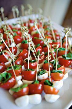 exemple de buffet froid mariage brochette apero tomate cerise feuille de bacilic mozzarella dans une assiette Cherry, Entertainment Ideas, Snacks, Fruit, Mozzarella, Anniversary, Drinks, Food, Meals