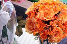 #Bouquet di rose e fiori arancioni.
