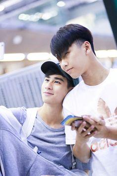 Ohm and Toey Selamat idul fitri Mohon maaf lahir dan batin Yupi gummy E Frame, Book And Frame, Series Movies, Tv Series, Young Love, Thai Drama, Chinese Boy, Drawing Poses, Drama Series