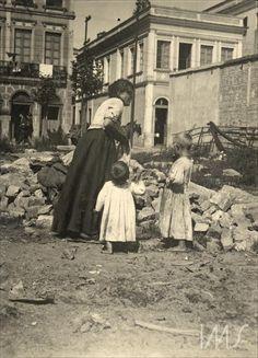 Mulher com crianças em terreno baldio Pastore, Vincenzo - 1910