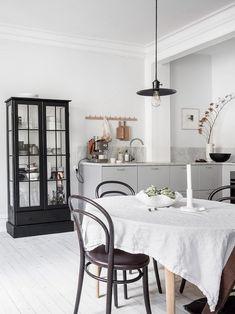 Cozy white home Kitchen Dinning, Cozy Kitchen, Open Plan Kitchen, Dining Room, Kitchen Ideas, Interior Styling, Interior Decorating, Interior Design, Backyard House