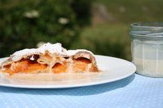 Der richtige Begleiter: dieser köstliche Strudel mit frischen Aprikosen und Vanillesauce!