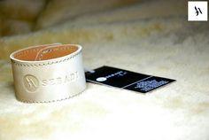 Bratara din piele naturala 35 -maro cu bej -captusita cu piele maro -inchizatoare metalica nichel innegrit -dimensiuni: L=18-19cm l=4cm  PRET: 45 Lei