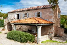 Schönheiten traditionelle mediterrane altes Steinhaus zu verkaufen in ruhiger und friedlicher Umgebung auf der Insel Krk.