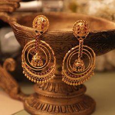 Gold Jhumka Earrings, Indian Jewelry Earrings, Indian Jewelry Sets, Jewelry Design Earrings, Gold Earrings Designs, Gold Jewellery Design, Necklace Designs, Gold Jewelry, Gold Designs