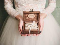 Os mais lindos porta-alianças para atender a todos os gostos e estilos de casamento. Confira nossa galeria e escolha o que mais tem a ver com você!