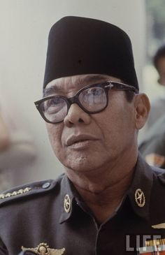 Our Pemimpin Besar Revolusi was a Hipster (Hipster glasses ftw)