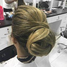 Coque clássico para minha amiga @mayaraxavier com algumas texturas que dão um efeito moderninho ao penteado. #colorlovers #colorlover #loreal #blond #penteado #penteadosx #coque #penteadocoque #penteadoclassico #coqueclassico #penteadomadrinha #penteadonoiva by rhayssamodesto http://ift.tt/1siCrVN