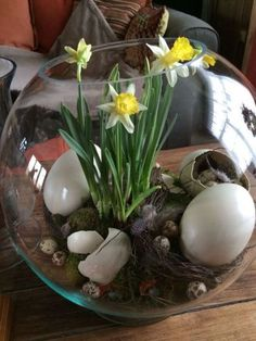 An Easter terrarium! It can be used just as a decoration or as a centerpiece, and you can make a terrarium in various styles and shades. Here are some ideas. Easter Flower Arrangements, Floral Arrangements, Easter Table, Easter Eggs, Diy Ostern, Creation Deco, Deco Floral, Egg Decorating, Easter Crafts
