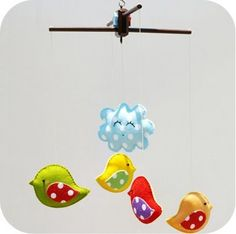 Mobiel met vrolijke vogeltjes uit vilt. Zelf creaties van vilt maken? Kijk voor vilt eens op www.bijviltenzo.nl