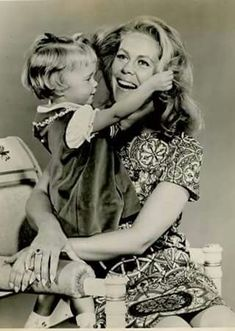 What a sweet picture! Tabatha playing with her mommy's hair from Season Three. Agnes Moorehead, Beautiful Witch, Beautiful Person, Golden Age Of Hollywood, Vintage Hollywood, Hollywood Actresses, Actors & Actresses, Beverly Hills, Bewitched Tv Show