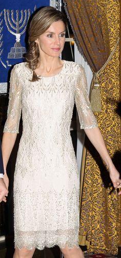 Con otro vestido gris de encaje parecido al anterior pero en corto. Letizia tiene varios de este tipo y corte.