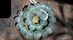 5 perline rotonde in vetro riciclato 22/24 mm.diam di Ghana Treasures su DaWanda.com