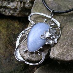 Inara ( angelit ) Náhrdelník z angelitu (Peru) -zdobený cínem technikou Tiffany a drátem. Patinováno,ošetřeno antioxidantem,broušeno,leštěno. Přívěsek ovelikosti 6,5 x5cm je zavěšen na kulaté kůži se zapínáním na karabinku,délka - obvod cca 48 cm. Na cínování polodrahokamů používám atestovaný bezolovnatý cín. Angelit pomáhá přestát psychickou zátěž. ...