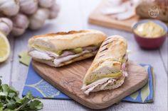 Il sandwich cubano è un ricco panino imbottito tipico di Cuba, preparato con formaggio e prosciutto, che ben presto si diffuse in America.