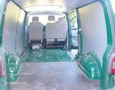 Die ersten Schritte des Umbaus eines VW T5 Transporters zum Campingmobil. Alle Infos zur Entfernung der Trennwand und der Bodenplatte hier finden!