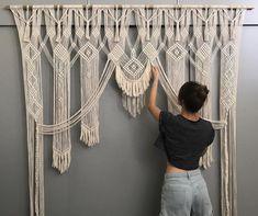 Crochet macrame wall hanging curtain portal - boho home decor Macrame Art, Macrame Projects, Macrame Knots, Diy Projects, How To Macrame, Macrame Wall Hangings, Wall Hanging Decor, Diy Crochet Wall Hanging, Hanging Plants