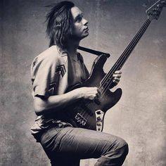 Jaco Pastorius w/his Jazz 'Bass of Doom'. Jazz Artists, Jazz Musicians, Music Artists, Rock N Roll, Francis Wolff, Jaco Pastorius, Les Artisans, Music Pics, Jazz Guitar