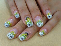unas con flores blancas