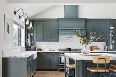 The Kitchen Cabinet Paint Colors Designers Will Use in 2020 Kitchen Cabinet Paint Colors for 2020 - Stylish Kitchen Cabinet Paint Colors Classic Kitchen Cabinets, Kitchen Wall Cabinets, Kitchen Cabinet Colors, Kitchen Tops, Green Kitchen, Kitchen Colors, Kitchen Design, Room Kitchen, Kitchen Paint