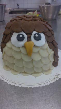 pöllön poikanen - Tein kakun sisälle sateenkaarikakkupohjat jotta leikkaus olisi kivemman näköinen.