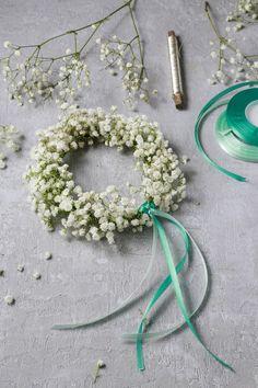 Zuletzt haben wir Ihnen gezeigt, wie man aus Eukalyptuszweigen ganz einfache Kränze zur Dekoration selber machen kann. Heute dreht sich alles um das Schleierkraut und wie sich aus einigen Stielen wunderschöne Haarkränze anfertigen lassen, die ein schöner Kopfschmuck für Hochzeiten oder andere b…