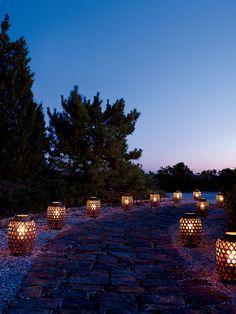 Sugestão simples e fácil de executar: um caminho com lanternas. Ideal para cerimônias ao ar livre. Gostam?