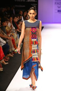 Shruti Sancheti LIFW 2012 Winter- as style tribes came into play- they wore loose dresses with tribal inspiration and/or lots of patterns Tribal Fashion, Boho Fashion, Fashion Dresses, Womens Fashion, Fashion Design, High Fashion, Lakme Fashion Week, India Fashion, Hippy Chic