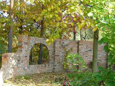 Ogród Tamaryszka: ŚCIANA Z OKNEM