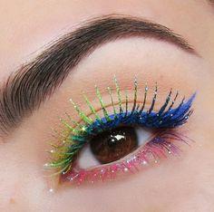 Trucco occhi con mascara colorati e glitter