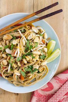 El Pad Thai es un plato tradicional de la cocina Tailandesa. Aprende a preparar una versión #vegana del #PadThai con #tallarines integrales de #kamut.