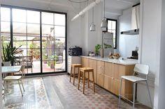 Casa Simple - A Lesson On Unpretentious Design - Jest Cafe Valencia, Loft Stil, Gravity Home, Interior And Exterior, Interior Design, Kitchen Views, Best Flooring, Floor Design, Beautiful Interiors