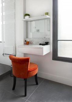 meuble coiffeuse blanche fixer au mur muni de tiroirs tag res en verre et miroir led. Black Bedroom Furniture Sets. Home Design Ideas