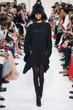 Valentino Fall 2019 Ready-to-Wear Fashion Show - Vogue Couture Mode, Style Couture, Couture Fashion, Runway Fashion, Fashion Outfits, Womens Fashion, Fashion Week Paris, Vogue Paris, Robert Montgomery