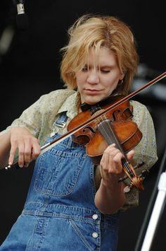 Allison Krauss in casual attire. . . Standard grip. High wrist. Relaxed thumb. Maybe a little tense? {Alison Krauss}