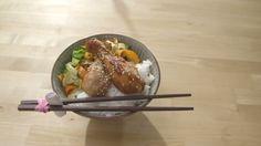 Poulet bon à s'en lécher les doigts et rubans de légumes | Cuisine futée, parents pressés Thai Recipes, Quick Recipes, Chicken Recipes, Quebec, Wok, Bon Appetit, Poultry, Main Dishes, Clean Eating
