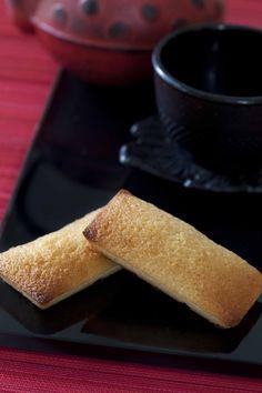 Une recette parfaite à grignoter avec un thé vert léger ou un thé blanc fleuri : celle des financiers aux amandes. Lenotre, Dessert, Mets, Cornbread, Tea Time, Ethnic Recipes, Food, Drizzle Cake, Almonds