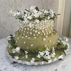 Num tom verde pistache, com apliques de mini flores e muitas stephanotis e jasmins para um lindo casamento com Decor linda @bothanicapaulista e assessoria @horadobuqueassessoria no @villajockey ❤️