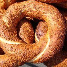 Das perfekte Sesamringe - Simit (türkisch)-Rezept mit einfacher Schritt-für-Schritt-Anleitung: Das Mehl in eine Schüssel sieben. Dann die Hefe und den…