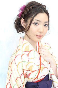 シンプルな編み込みヘアスタイルで 卒業式の髪型はすっきりと。...|MERY [メリー]