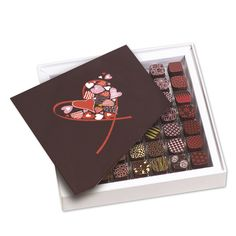 This is what our Intense assortment sparks off, as it offers the widest range of flavors selected within seven aromatic families: balsam, roasted, fruity, citrus, floral, spicy, and herbal chocolates.