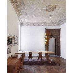 Cautious interventions by Marc Benjamin Drewes ARCHITEKTUREN attempt to preserve the special atmosphere in this heritage Berlin apartment refurbishment. Interior Simple, Interior Desing, Interior Design Inspiration, Interior And Exterior, Interior Decorating, Daily Inspiration, Home Living, Living Spaces, Living Room