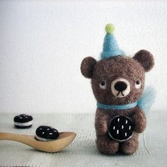 A bear with cookies, felt small animal from a japanese craft book Needle Felted Animals, Felt Animals, Felt Dolls, Doll Toys, Book Crafts, Felt Crafts, Wooly Bully, Needle Felting Tutorials, Cute Toys