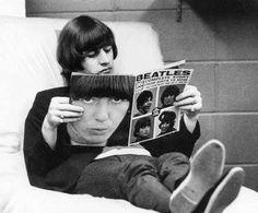 Ringo reading 16 Magazine's Help! special issue