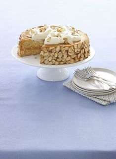 Having just one slice of this deliciously sweet almond apricot cake won't be easy. Having just one slice of this deliciously sweet almond apricot cake won't be easy. Passover Desserts, Passover Recipes, Easy To Make Desserts, Sweet Desserts, Apricot Cake, Cake Recipes, Dessert Recipes, Dessert Ideas, Flourless Chocolate Cakes