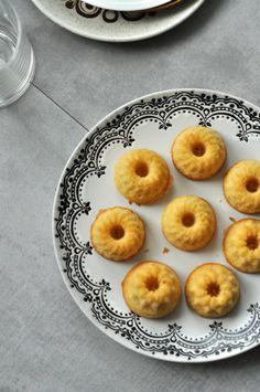 Tökéletes reggeli falatok, uzsonnásdobozba való mini finomság a gluténmentes minikuglóf. Elkészítési ideje mindössze 35 perc. Doughnut, Muffin, Gluten, Sugar, Paleo, Breakfast, Desserts, Food, Morning Coffee