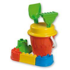 Deze Androni speelgoed kasteel emmerset is voorzien van een emmer met hengsel en heeft een doorsnede van 17cm. De emmer heeft de vorm van een kasteel, zodat je makkelijk zandkastelen kunt bouwen. Maak je kasteel nog mooier door middel van de meegeleverde kanteel zandvormen te gebruiken. Tevens is de set voorzien van een harkje, een schepje en een zeef. De set is gemaakt van kunststof. Afmeting: afmeting emmer 17 x 17 x 31 cm - Emmerset Kasteel