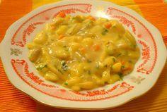 Na másle zpěníme cibuli, přidáme nakrájenou mrkev, fazolky, překrájené brambory, bujón, podlijeme vodou a dusíme téměř doměkka. Ve smetaně...