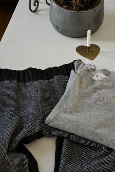 Løstsiddende tøj til en 9½ time lang flyvetur er vigtig, så et par bukser med elastik i taljen og en varm løstsiddende bluse er det helt rigtige :-)