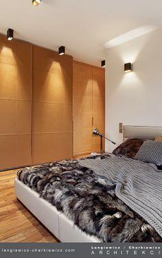 Sypialnia. Szafy obite grubą, lecz niezwykle delikatną w dotyku skórą cielęcą. Projekt i realizacja: lengiewicz-charkiewicz.com #bedroom #leather (fotografia: Aleksander Rutkowski)